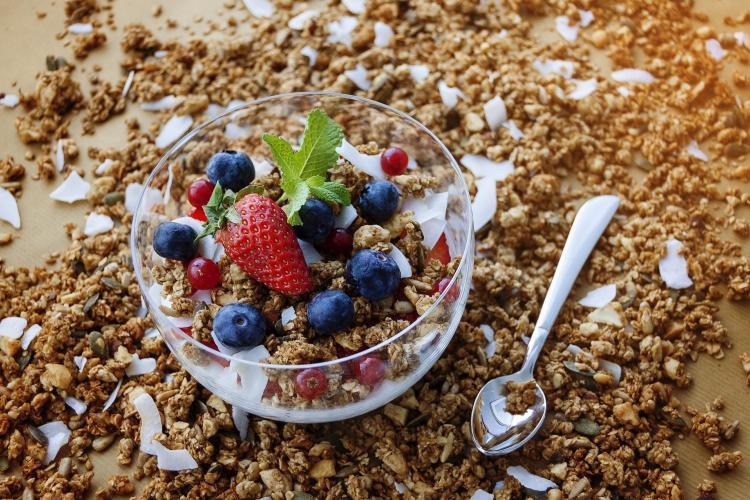 tazza con granola, fragole e frutti di bosco