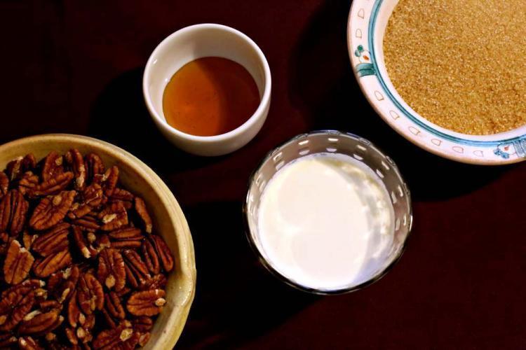 noci pecan, latte, miele e zucchero di canna