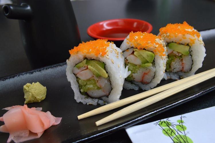 3 roll di sushi con wasabi e zenzero