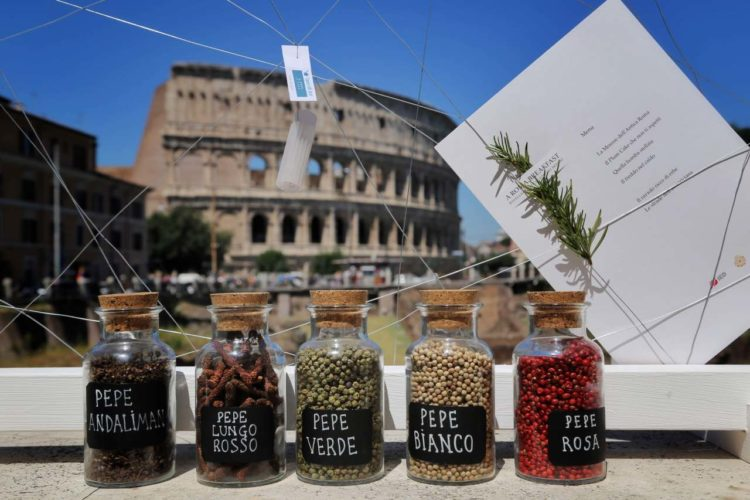 spezie in barattolo esposte con menu dell'evento a roma breakfast davanti al colosseo