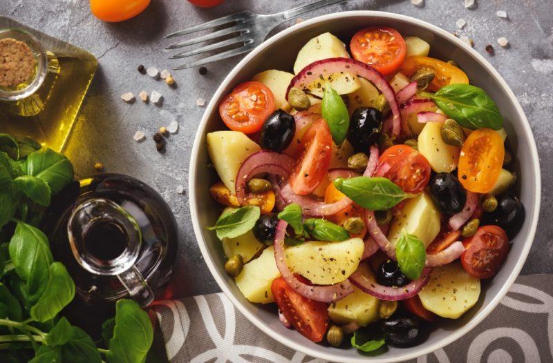 insalata con pomodori, capperi cipolla di tropea olive patate basilico