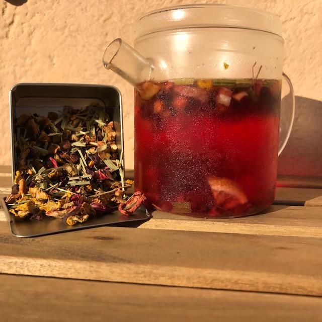 teiera di vetro in infusione a freddo con tè